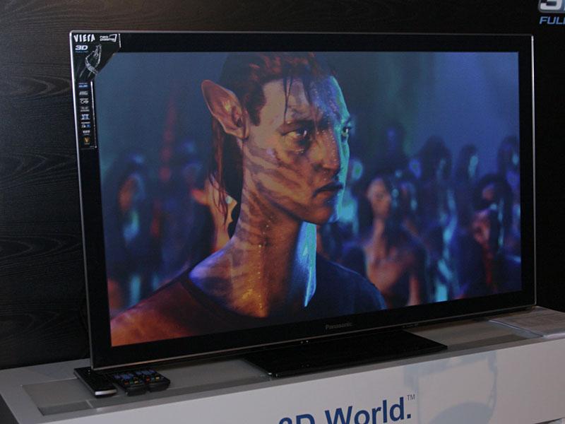 パナソニックは、プラズマ「3D VIERA」の欧州向け春モデル「VT30シリーズ」を展示。フレームシーケンシャル方式の3Dに対応し、アクティブシャッターメガネを使って立体視が可能となっている