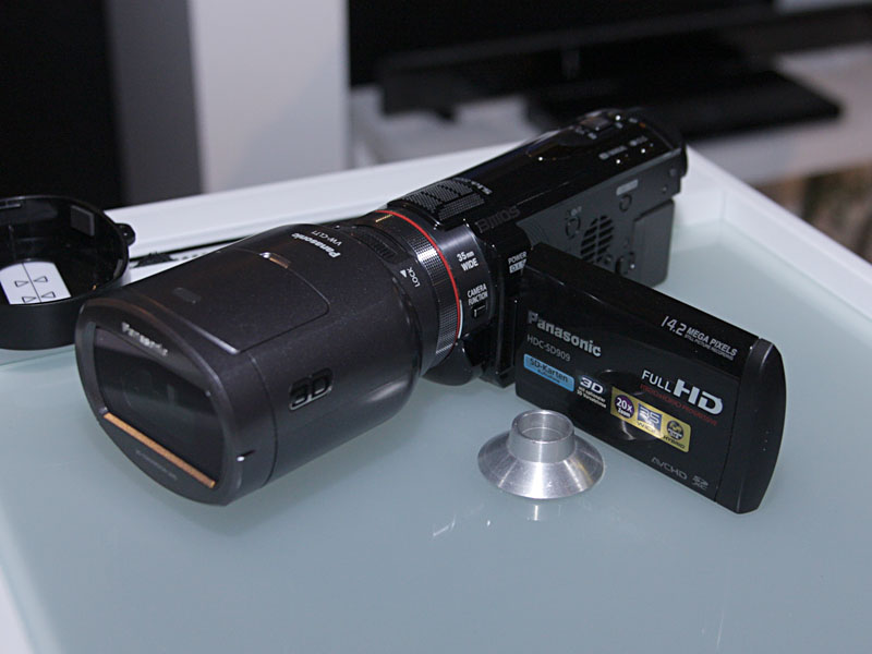 別売レンズの装着でサイドバイサイド3D撮影が可能なカムコーダのHD-SD900も展示