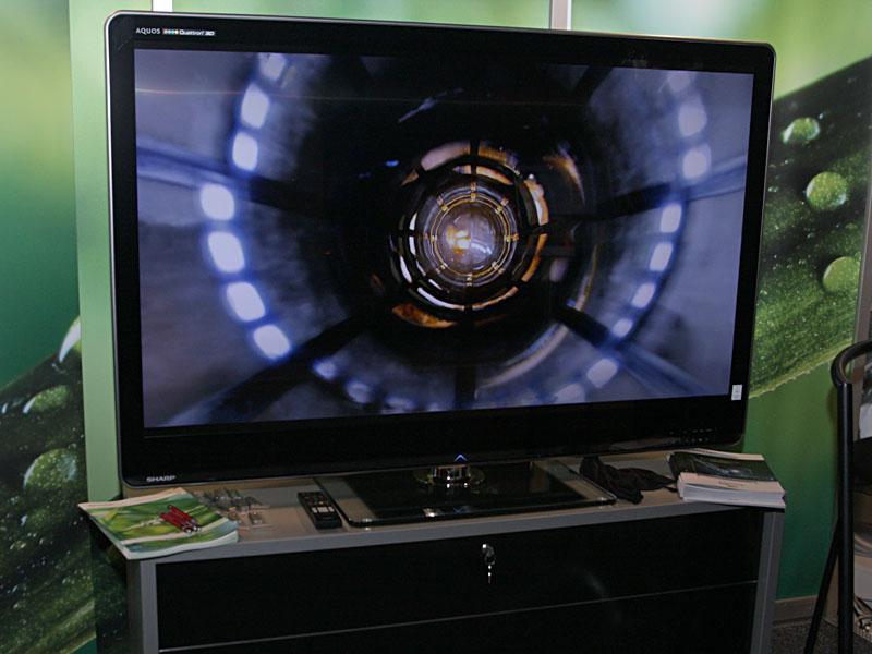 シャープは、発売中の液晶テレビ「AQUOS Quattron 3D」の欧州向けハイエンドシリーズ「LE925E」を展示