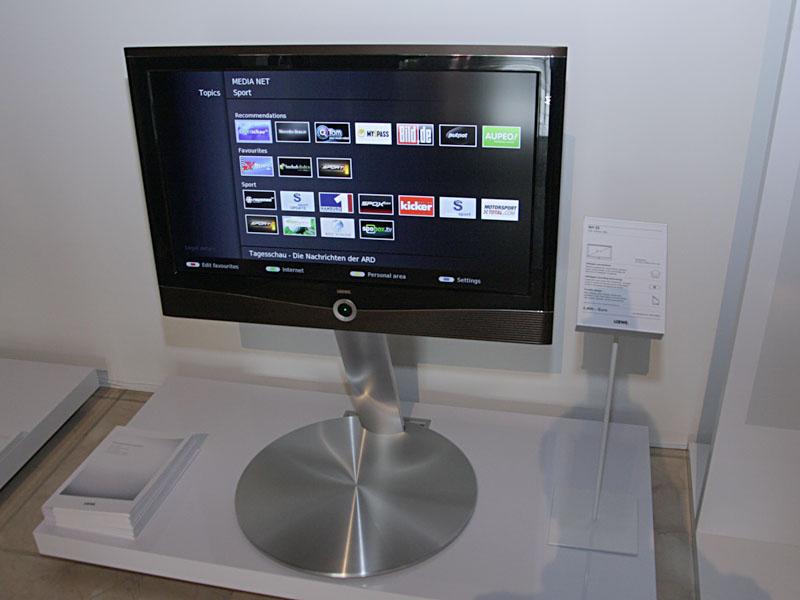 デザイン性の高い家電で知られる独LOEWE(レーベ)は、フレームシーケンシャル方式の3D対応テレビ「Individual 46 Compose 3D」(写真左/5,100ユーロ)を中心に展示。アクティブシャッターの3Dメガネ(750ユーロ)や、ヤマハと共同開発した専用フロントサラウンドスピーカーの「サウンドプロジェクター」(1,600ユーロ)、AVラック、サブウーファ、iPodドック搭載のメディアセンターなどと組み合わせて紹介した。このテレビ「Individual」の内蔵HDDで録画した番組を、LAN経由で32型テレビ「Art 32」(写真右/2,400ユーロ)から視聴できるデモも