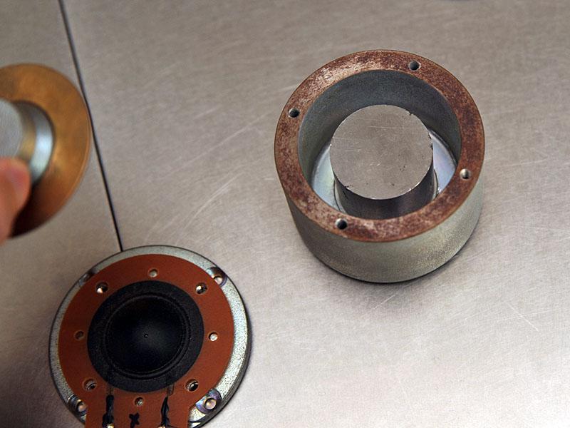 アルニコ・マグネットを使用した壷型内磁方式を採用している