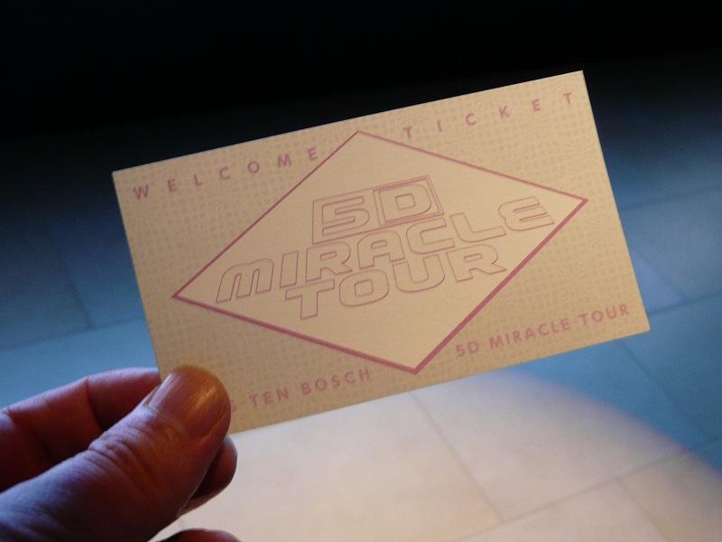 入場の際に手渡されるカード。果たしてどんな変化をするのだろうか