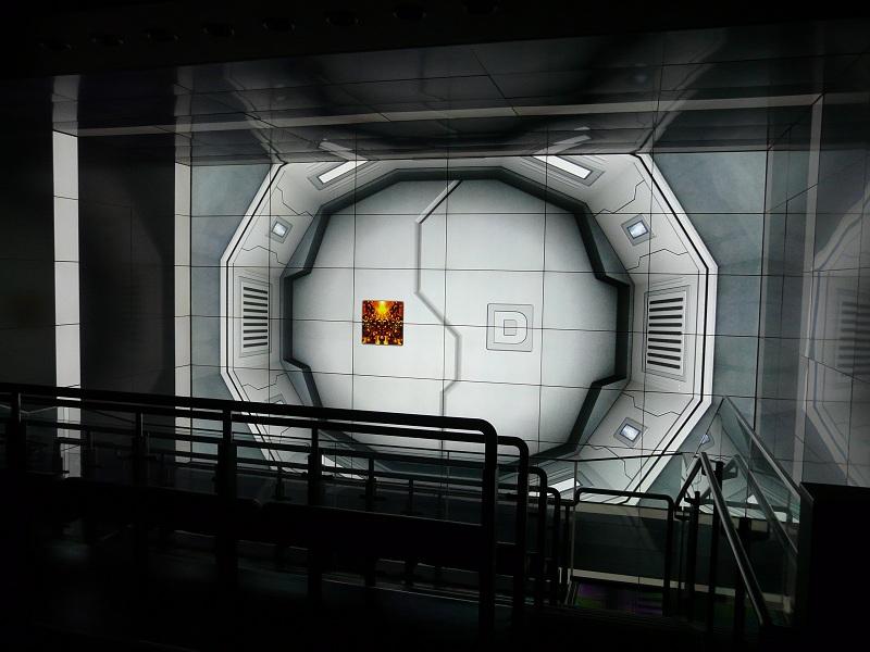 「シャトル」こと156台を利用したキューブシステム。正面と上下左右の60型液晶ディスプレイに囲まれる