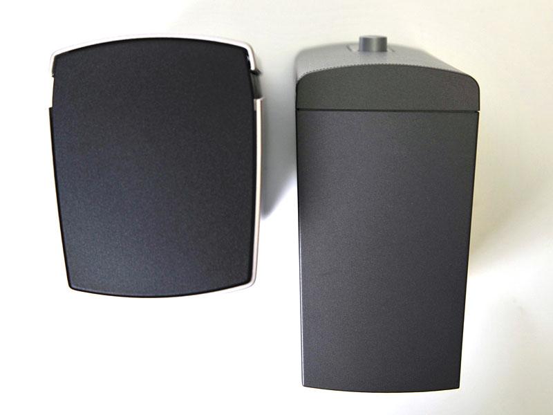 「Companion 20」(左)と「Companion 2 Series II」(右)の奥行き比較。傾斜角度が違うためズレて見えるが、下部で揃えている