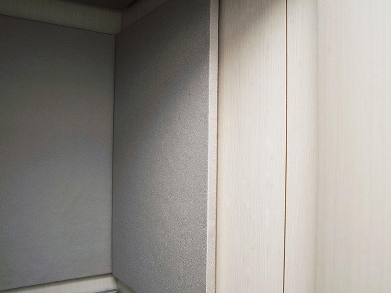 グラスウールを四方に貼った部屋