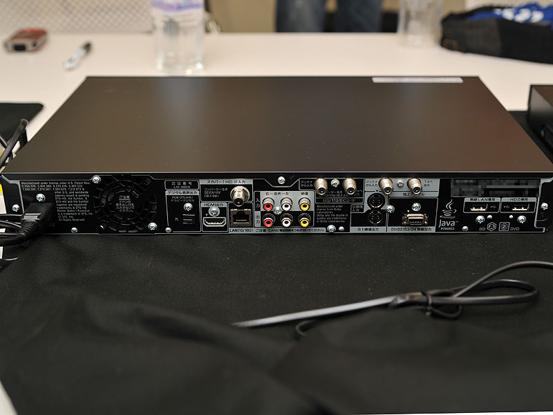 「BDZ-SKP75」の背面。スカパー! HD用のアンテナ入力を備えている
