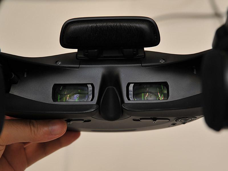 視力に合わせてレンズ位置を調節する。メガネをかけたままでも装着可能