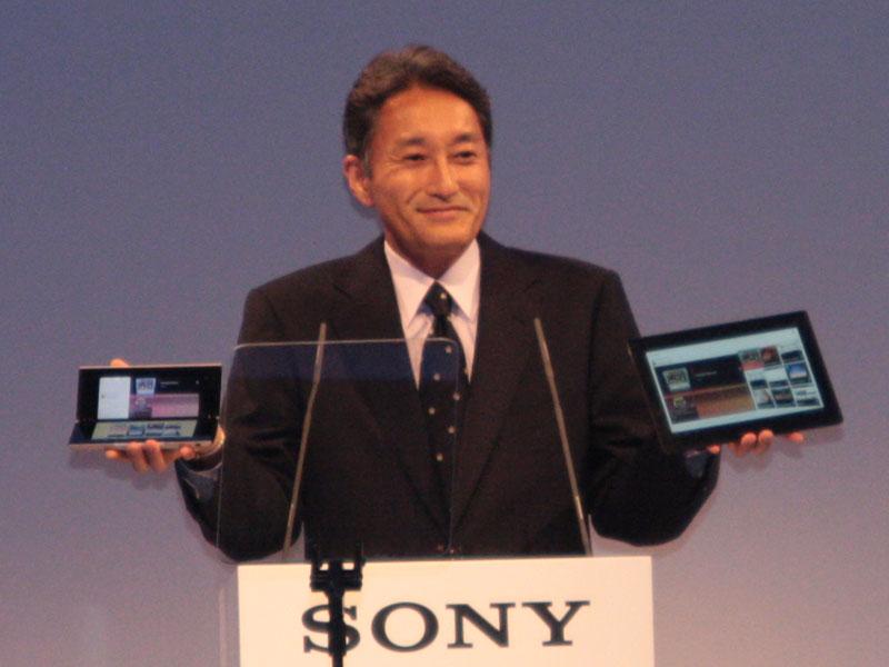 「Sony Tablet」を手にする平井一夫氏