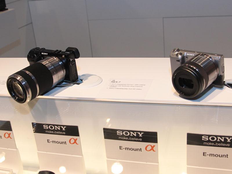 ミラーレス一眼のNEX-7(左)とNEX-5N(右)