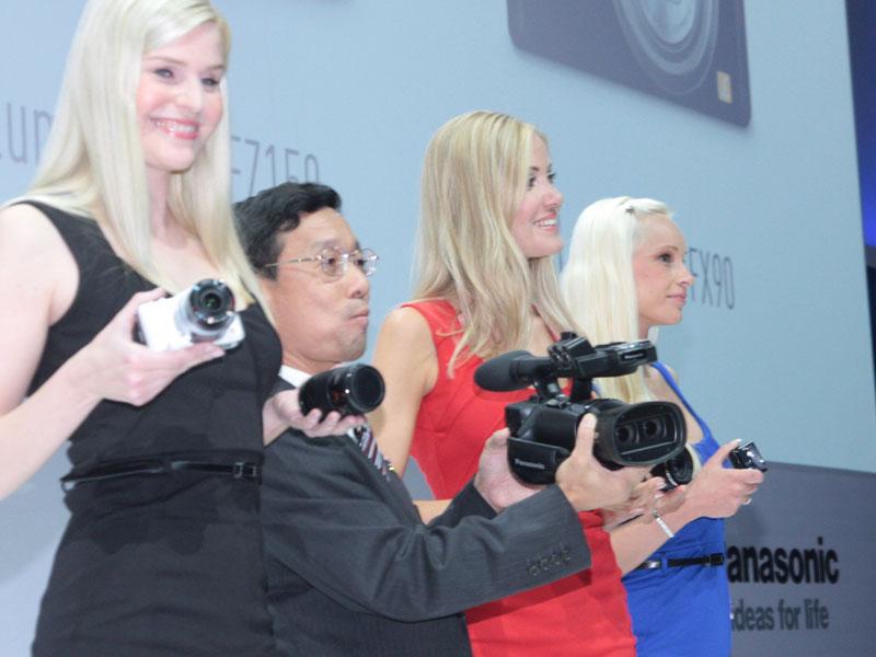 AVCHD 3D対応カムコーダ「HDC-Z10000」(中央)など、ビデオカメラ/デジタルカメラ製品