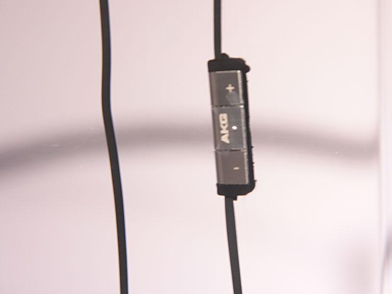 ケーブル部にはマイク付きリモコン