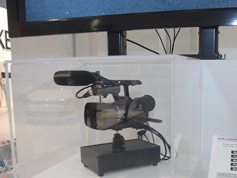 """会場には、4Kビデオカメラの試作機なども展示。「FALCONBRID」を使った次世代ビデオカメラと位置付けられており、HDMIを4ストリームを使って4Kディスプレイに出力する。今回のIFAでは、東芝の4K/裸眼3D液晶テレビ「55ZL2<A href=""""http://av.watch.impress.co.jp/docs/news/20110902_474769.html""""></A>」のデモ映像としても使用されていた"""