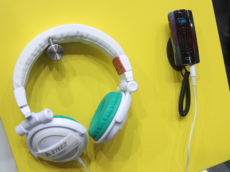 オーディオプレーヤーの「STEEZ PORTABLE」とヘッドフォン「STEEZ HEADPHONES」