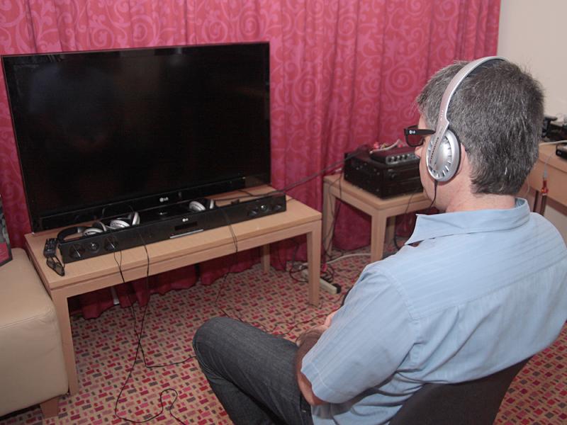 ヘッドフォンとスピーカーの音声を同時に聴くという手法を用いる
