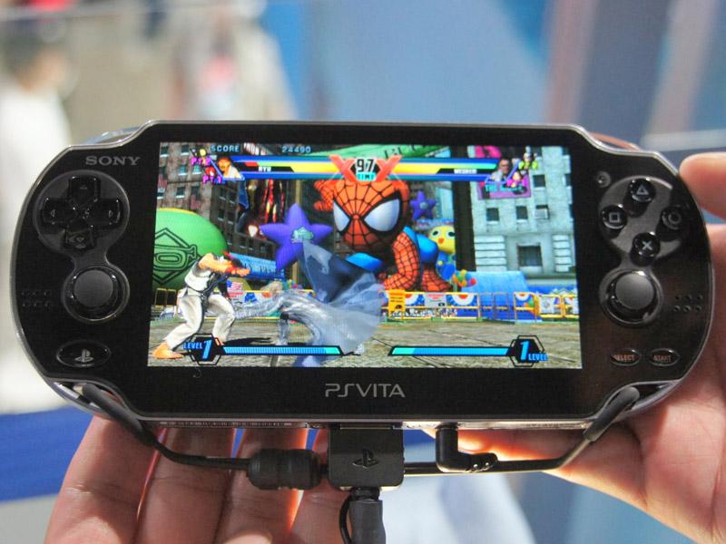 PlayStation Vita実機。少々大柄だが、高級感のあるデザイン。裏面のタッチパッドは、ツルツルの仕上げになった。E3の時は別の解説をしたが、最終的にはこちらが正しいとのこと