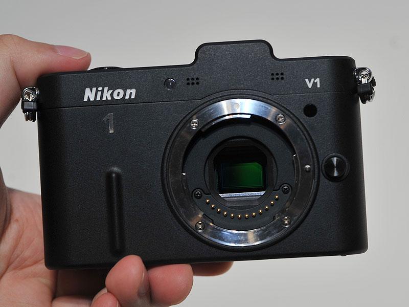 V1のレンズを外したところ。新しい「Nikon 1マウント」を採用している