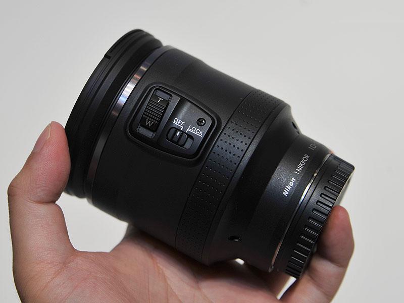 1マウント用レンズの「1 NIKKOR VR 10-100mm F4.5-5.6 PD-ZOOM」。ズームレバーにより3段階に速度可変するパワードライブズーム機構を採用している