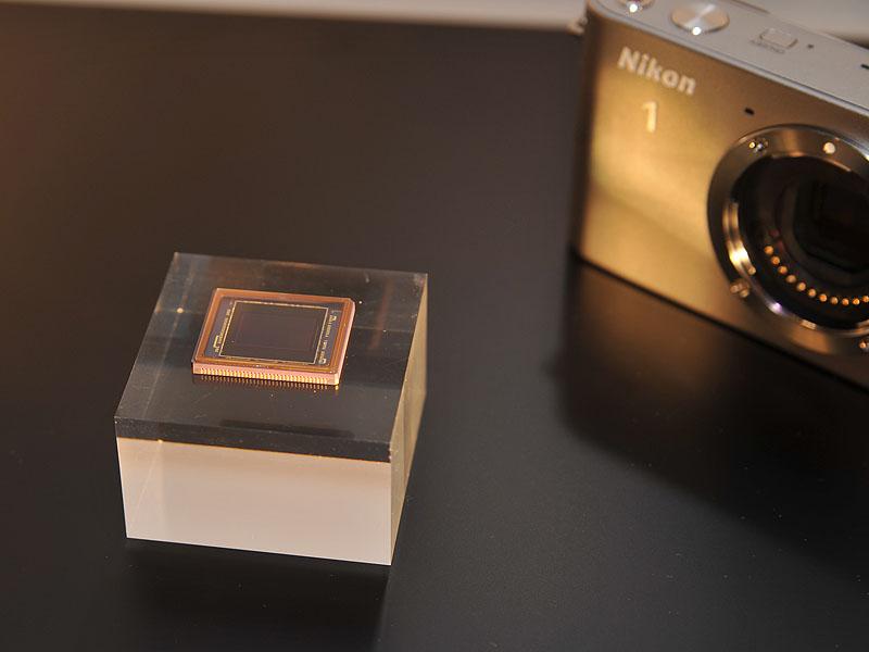 撮像素子は新しい「ニコンCXフォーマット」を採用