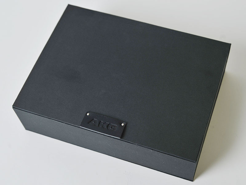 製品のケース。右の写真は、外側の厚紙を外した状態