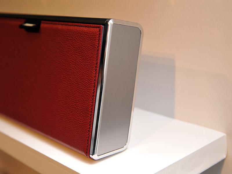SoundLink Wireless Mobile speaker-LXのサイドパネル。クロームメッキ仕上げになっている