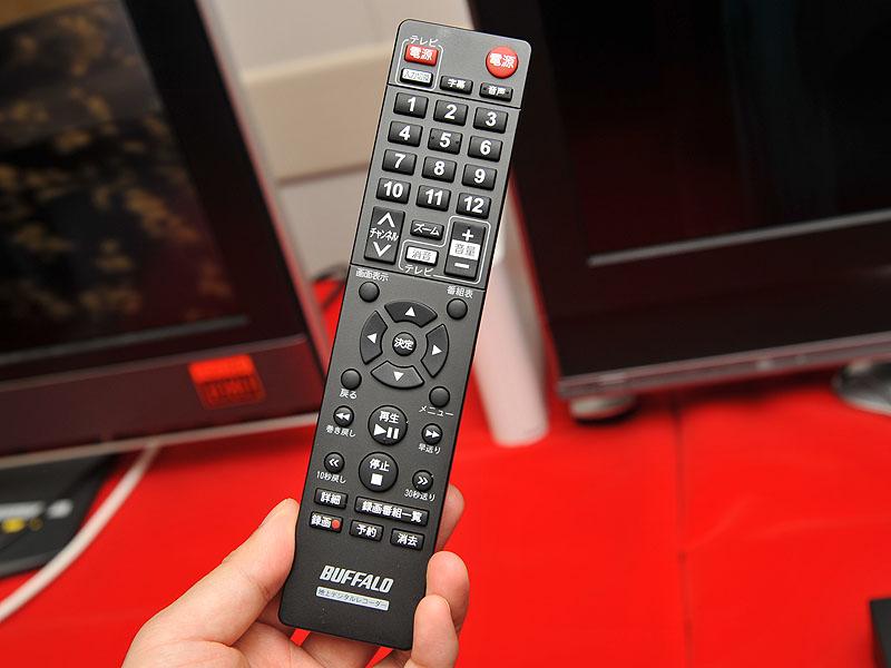 <FONT size=2>付属のリモコン。最終版ではないので「タイムシフト」ボタンが無いが、製品版では「ズーム」ボタンの代わりにタイムシフトボタンが入る</FONT>