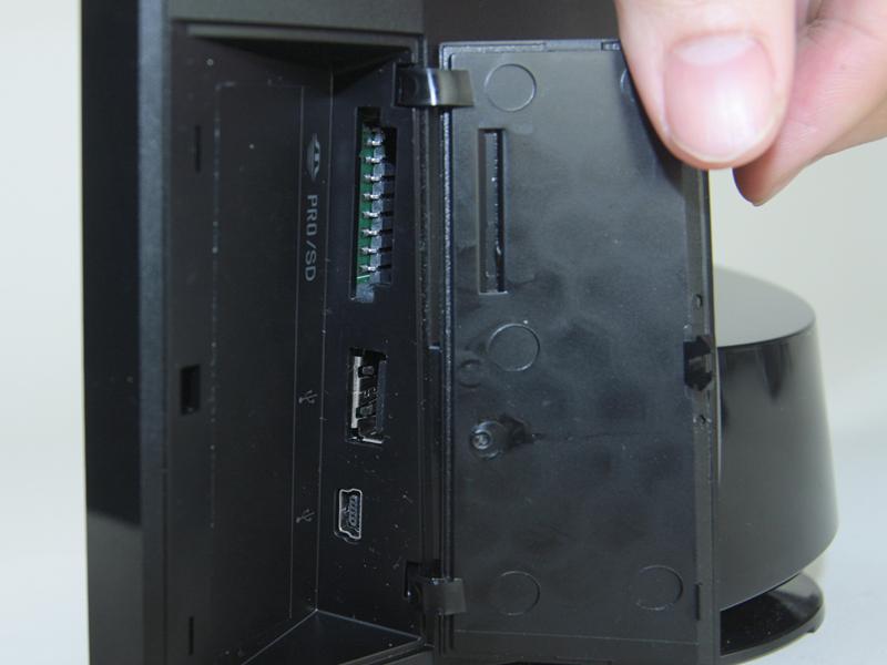 側面カバー内にUSB端子やカードスロットを備える