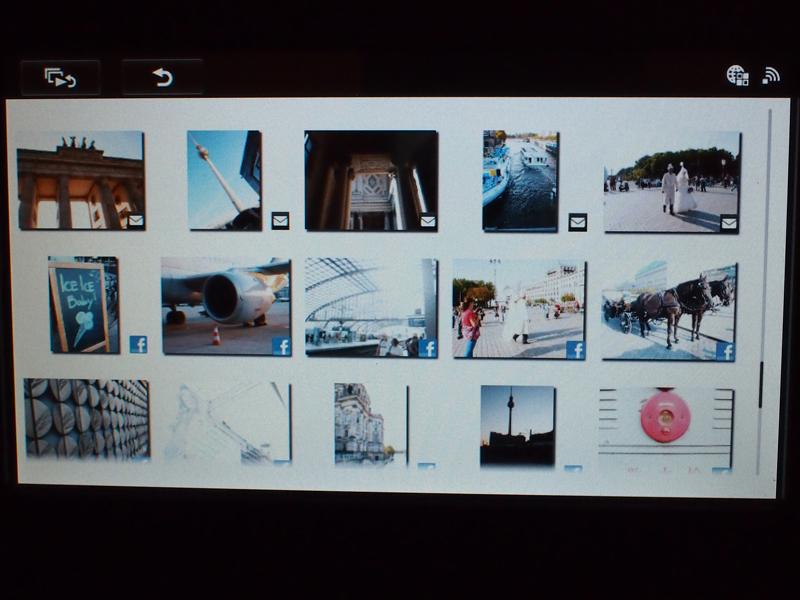 ネットワークコンテンツの写真表示。「f」のアイコンがFacebookの写真、メールのアイコンはメールで送られた写真を示している