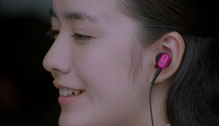 彼が再生した音楽が、ワイヤレスで彼女の耳に届く