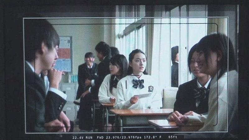 10代の若者に、ファッションアイコンとしても絶大な支持を得ている西野カナ。高校生達が待つ教室に入ると、生徒たちから大歓声があがり、あっという間に囲まれてしまうほどの大人気。最後には全員で集合写真も撮影したという