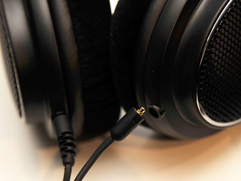 形状が異なるため、イヤフォンのケーブルをヘッドフォンに挿そうとしても、奥まで入らず、固定されない