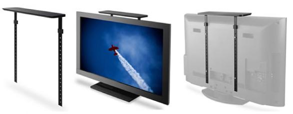 「チョイのせ」(写真左)をテレビの背面に装着する
