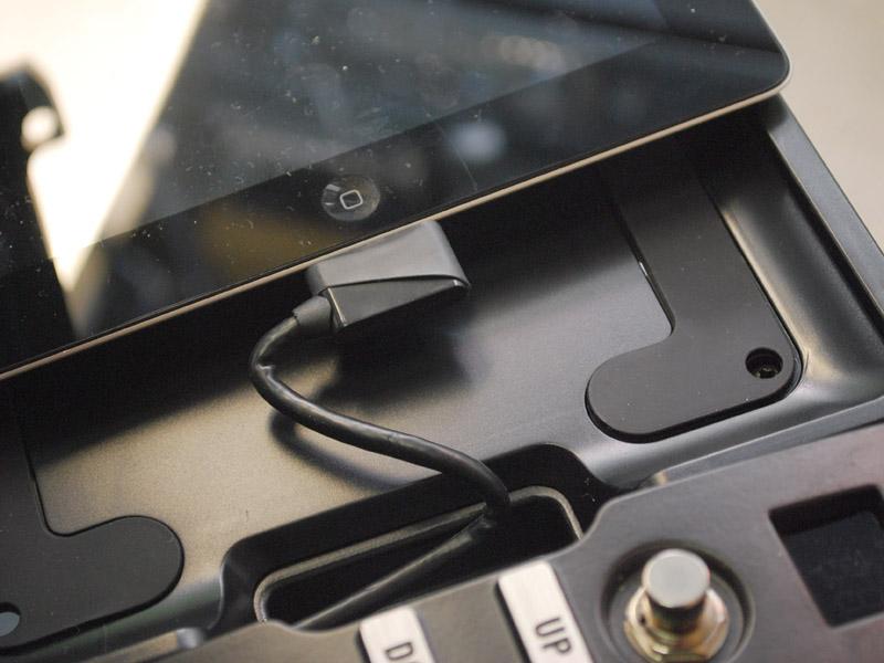 <CENTER>iPad 2を置くためにトレイを交換</CENTER>