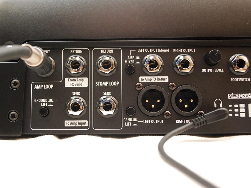 ギターは背面のINPUTに接続