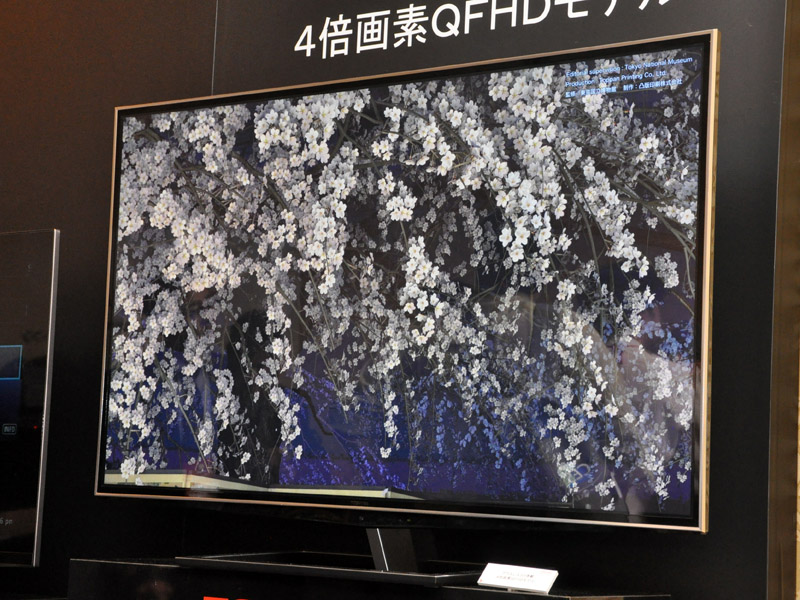 日本モデルとは異なりエッジライト型LEDを採用し、デザイン性を訴求