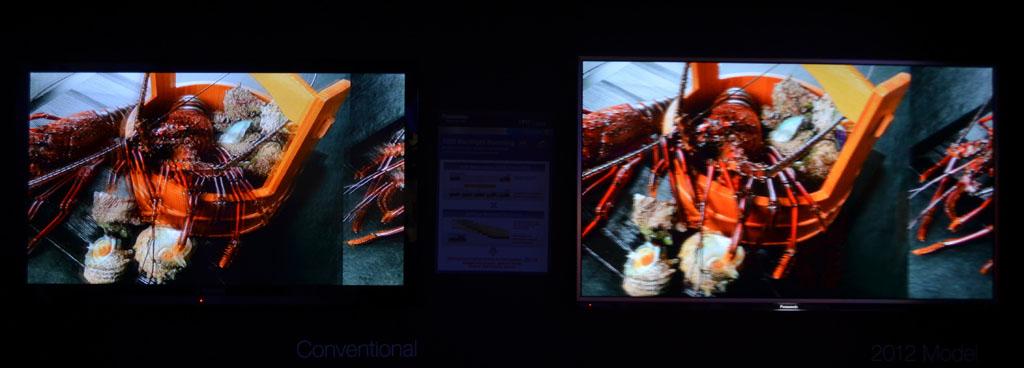 左右にスクロール映像で液晶VIERAの動画特性を比較。左か従来機、右が2012年モデル。実際に見た時の見え方はくっきりと映像のディテールが見える