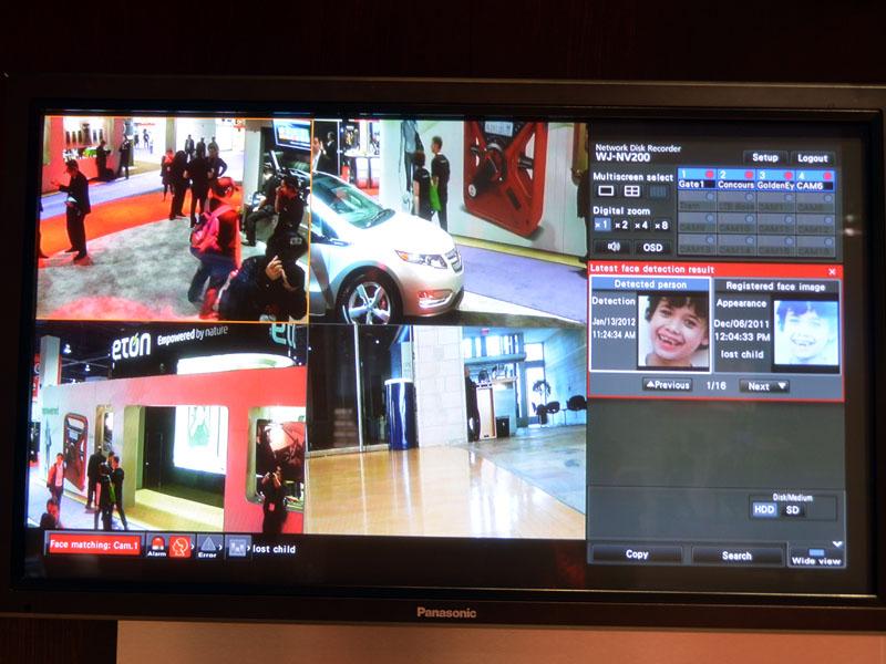 警備室の本部の画面。迷子の顔写真、そして4台ある監視カメラの映像が出ている。本部は、任意の情報を、各警備員に配信
