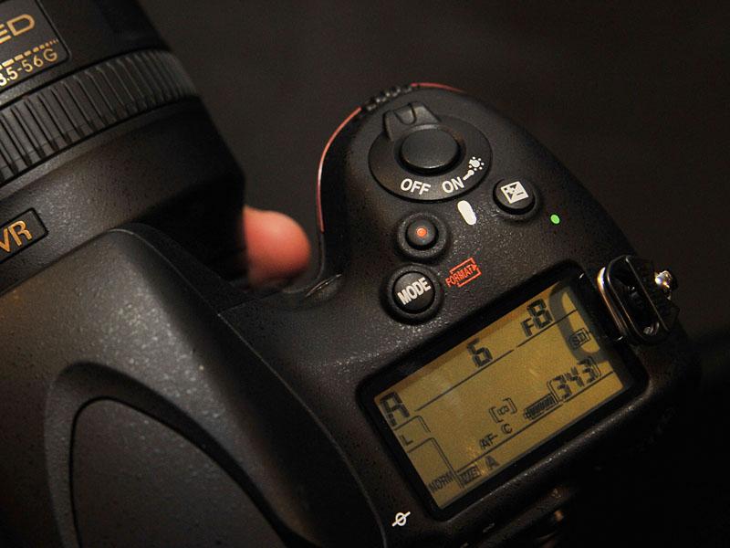 <FONT size=2>シャッターボタンの手前、左側にある赤いボタンが録画用ボタン</FONT>