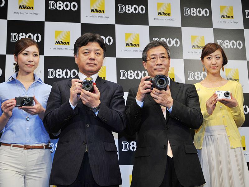 <FONT size=2>中央左がニコン映像カンパニー開発本部の山本哲也本部長、右がニコンイメージングジャパンの五代社長</FONT>