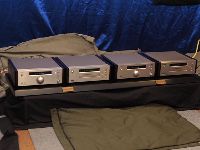 従来モデルA250のアンプ/プレーヤー(左の2台)と、A300(右の2台)