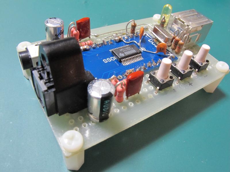 中田氏手作りのPCM2704試作基板。これで基本的な動作を確認し、製品版へと落とし込んでゆく。この段階ではデジタルボリューム用のボタンを搭載していたが、Windows上から同じ操作を行なえるため製品版では省略されている。