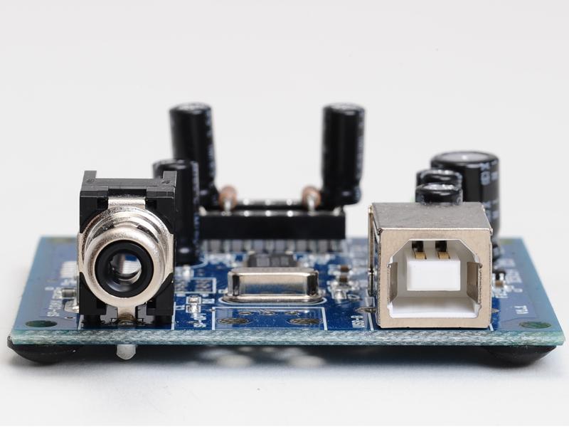 ヘッドフォンとライン出力を兼ねるアナログ出力と、同軸のS/PDIF出力を備えている。44.1/48kHz出力に対応。