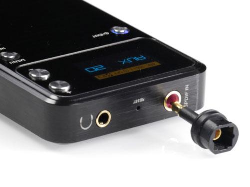 付属のアダプタを使い、光デジタルと同軸デジタルの入力も可能
