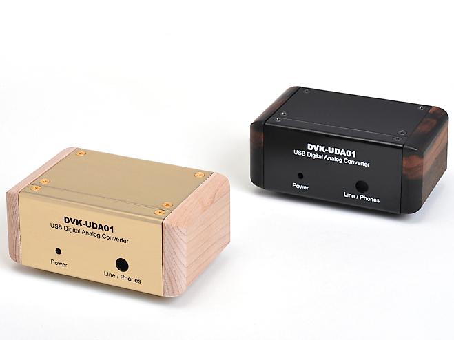 別売のケース。左のシャンパンゴールド(桜白木パネル)が3,800円、右のブラック(黒檀パネル)が5,800円