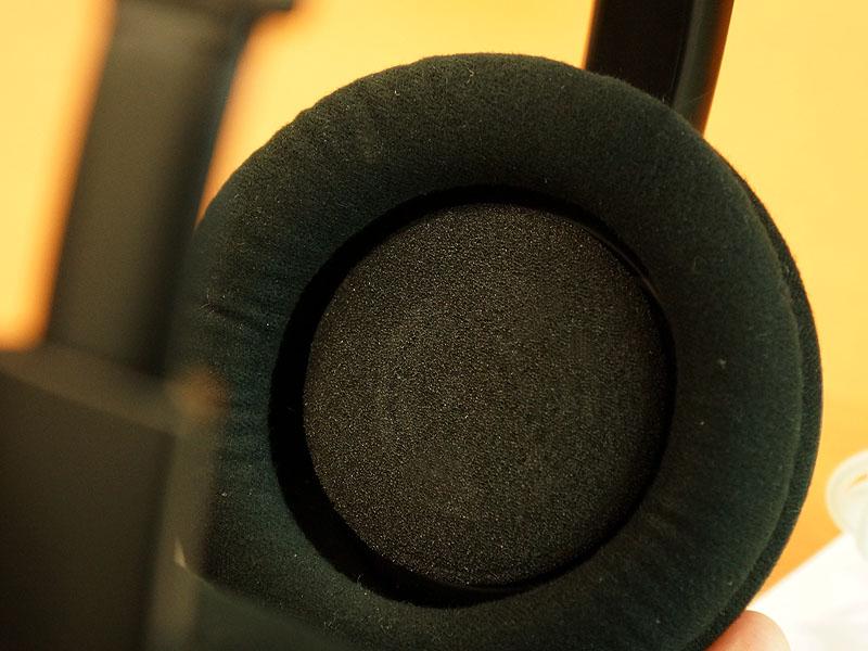 ユニットの角度を、耳の形状に追従させる「フレキシブルイヤーフィットメカニズム」。指で押し込め、離すと元に戻る