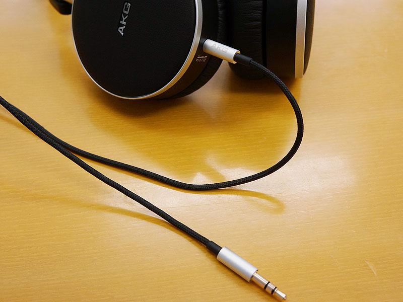 ケーブルは着脱可能。ヘッドフォン側の接続端子は4極ミニだ