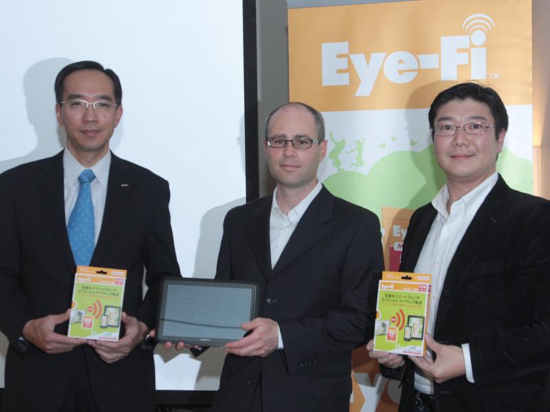 左から、NTTドコモの高原幸一氏、米Eye-FiのYuval Koren CEO、アイファイジャパンの田中大祐代表取締役