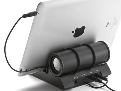 背面。ケーブル用のダクトも備え、本体内部にケーブルを通してタブレットなどに接続できる