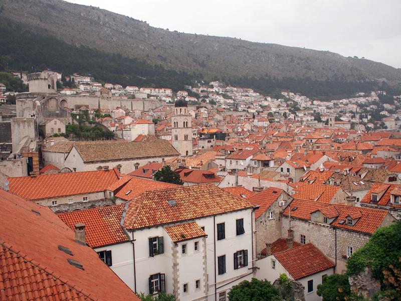 アドリア海に面した、クロアチア南端の観光地として知られるドゥブロヴニク。高い城壁に囲まれた旧市街には小さな商店やレストランなどが軒を連ね、オレンジ色の屋根で統一された美しい街並みを多くの人が訪れている。また、街のところどころに、旧ユーゴスラビア内戦の爪あともそのまま残されている