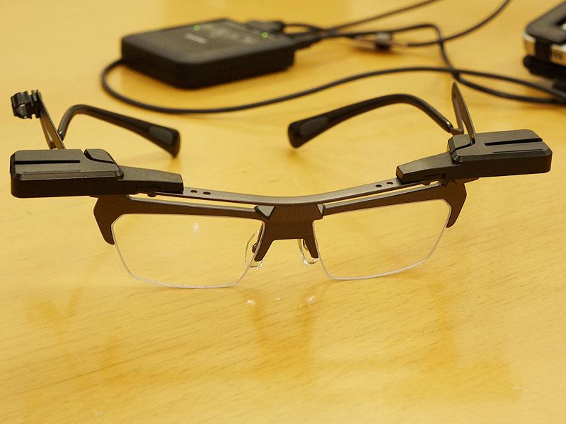 AirScouter。写真は裸眼者向けのフレームセット「WD-100G」。眼鏡者向けのものは、眼鏡の上に「AirScouter」を乗せる形になる