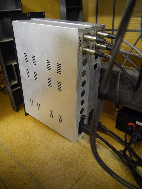 床に直置きされていた電源ユニットの試作……といっても、実際にマスタリングスタジオで使っているユニットを2台持ってきたもの